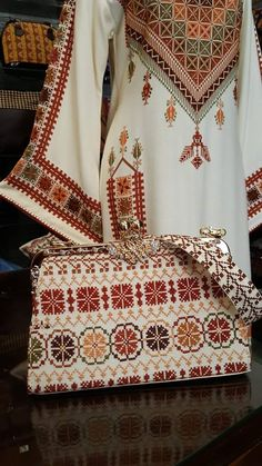 Embroidery On Clothes, Embroidery Bags, Folk Embroidery, Embroidered Clothes, Frock Fashion, Abaya Fashion, Fashion Outfits, Kurti Designs Party Wear, Kurta Designs
