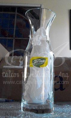Calco vitrificable de logo a dos colores colocado sobre vidrio y horneado en nuestros hornos para botellón publicitario.