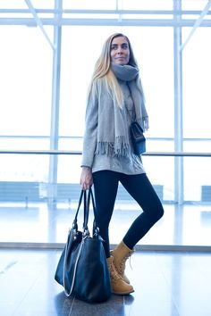 Travel style | Grey scarf and black leggings