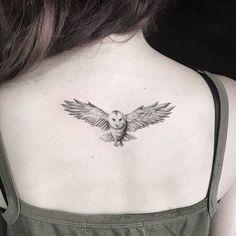 idées tatouages femme chouette en noir sur le dos