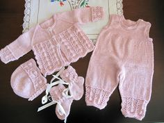 Tips til babydress/hentesett? Knit Baby Pants, Knit Baby Sweaters, Knitted Baby Clothes, Baby Girl Dresses, Baby Outfits, Baby Dress, Kids Outfits, Knitting For Kids, Baby Knitting Patterns