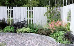 Helenas hörna, är en rabatt för trädgårdens bortglömda mörka hörn. Lite halvskuggigt läge får nytt liv, och har man besvärligt ogräs som kirskål, passar den upphöjda växtbädden perfekt.