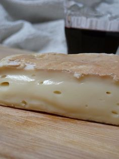 Le Chevrotin des Aravis Looks soo oooey goooey good! Cheese Log, Wine Cheese, Ploughman's Lunch, Queso Cheese, French Cheese, Kinds Of Cheese, Cheese Boards, Cooking Wine, Recipe Please