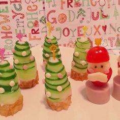 クリスマス会の持ち寄りで♫ マッシュポテトにきゅうりを巻いて、ツリーに♡飾りはスライスチーズ、魚肉ソーセージ。台はちくわです。 クックパッドを参考にしました( *´艸`)