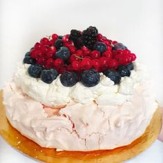 Jednoduchá Pavlova torta - Receptik.sk Pavlova, Cheesecake, Baking, Desserts, Food, Tailgate Desserts, Deserts, Cheesecakes, Bakken