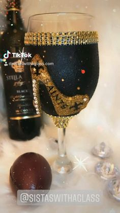Glitter Wine Glasses, Diy Wine Glasses, Shot Glasses, Decorated Liquor Bottles, Bottle Shoot, Wine Glass Designs, Diy Mugs, Wedding Glasses, Altered Bottles