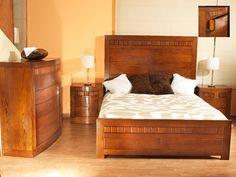 Dormitorio en madera maciza fresno, con cómoda o sinfonier. Bed, Furniture, Home Decor, Solid Wood, Queen Bedroom, House Decorations, Dorm Rooms, Homemade Home Decor, Stream Bed