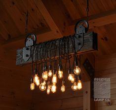 C'est un long chandelier 48 fabriqué à partir de 2 x 8 x 48 planches de pin. Supports de fer forgé maintiennent les roues de poulie qui sont suspendus de fin fil tressé en corde et tendeurs pour mise à niveau. Ce luminaire est livré avec ampoules LED pour basse température et faible puissance. Ce luminaire 20 ampoule utilise seulement 120 watts. Il ne pas élever et abaisser à l'aide des roues, car ils sont uniquement décoratifs. Le bois peut être fini dans une variante de taches et le…