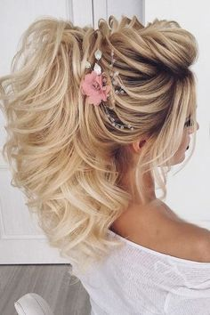 50 Awesome Curly Wedding Hairstyles Almost all of the curly wedding hairstyles are for girls with straight hair. They may take longer at hair salon. But it worth for sure! And it will cr. Dark Curly Hair, Curly Wedding Hair, Wedding Hairstyles For Long Hair, Bride Hairstyles, Straight Hairstyles, Bohemian Bride, Up Styles, Flower Crown, Salons