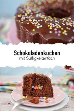 Meist sind die einfachsten Rezepte auch die besten. Überrasche deine Liebsten doch mit diesem saftigen Schokoladenkuchen mit Süßigkeitenfach. In das Süßigkeitenfach kannst du Süßwaren einfüllen oder auch verschiedene Cremes verwenden.🍬🍭 #sallys #sallyswelt #sallysweltrezept #rezept #recipe #schokoladenkuchenrezepteinfach #schokoladenkuchenrezeptschnell #schokokuchenrezept #schokoladenkuchensaftig #kindergeburtstagskuchen #kuchenrezeptekindergeburtstag #kuchenmitsüßigkeiten #candycake Kakao, Cereal, Breakfast, Sally, Food, Chocolate Pies, Oven, Food And Drinks, Entering School