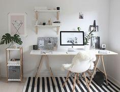 Os cavaletes são ótimos para improvisar mesas. Um suporte de vidro, de madeira ou uma prateleira qualquer servem de estrutura para o seu escritório.