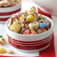 White Chocolate Party Mix, I make a recipe like this. Peanuts, m and m, pretzels, and chex mix with white chocolate or chocolate quick mix. I dont use canola oil. Christmas Snacks, Christmas Appetizers, Christmas Baking, Christmas Eve, Holiday Snacks, Retro Christmas, Christmas Goodies, Christmas Christmas, Christmas Dishes