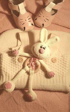 """Купить Развивающая игрушка-погремушка """"Зайка"""" - белый, зайка, заяц игрушка, заяц вязаный"""