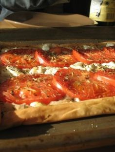 Goat Cheese and Tomato Phyllo Pizza Phyllo Recipes, Pizza Recipes, Healthy Recipes, Savoury Recipes, Healthy Meals, Pizza Ingredients, Dinner Entrees, Dinner Recipes, Phyllo Dough