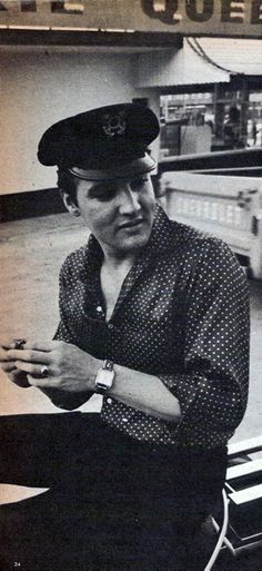 """April and was taken at Chenault's parking spot in Memphis, down at 1400 Bellevue (which is now EP Blvd) TN. Elvis was talking to a reporter after he got back (the day before) from the West Coast where he just had finished up filming """"Fun In Acapulco"""". Elvis And Priscilla, Lisa Marie Presley, Priscilla Presley, Rock And Roll, Elvis Cd, Elvis Collectors, Young Elvis, Burning Love, Cant Help Falling In Love"""