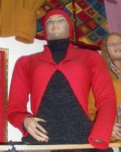 Rote Bustier #Damen #Strickjacke aus #Alpakawolle In allen Größen lieferbar. Die Jacke ist aus samtweicher Alpakawolle gefertigt. Eine wunderschön elegantes Modell aus den besten Materialien.  Die Alpakawolle, zählt zu den kostbarsten Wollsorten weltweit. Ein Hochgenuss wenn Sie edle Stoffe und Materialien lieben.