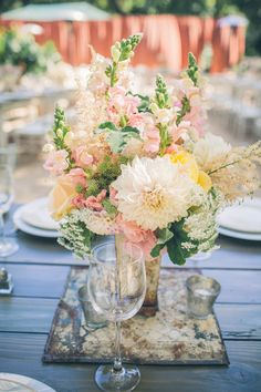 centre de table pêche, rose, mint (dahlia muflier) / Gorgeous peach, pink, and yellow mint wedding floral arrangement