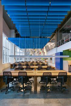 Escritório Corporativo Berrini - São Paulo Open Office Design, Office Interior Design, Retail Interior, Workspace Design, Office Workspace, Corporate Interiors, Office Interiors, Commercial Design, Commercial Interiors
