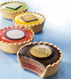 Tarte Glacee – Godiva These are actually ice cream snacks! There are 2 types of ice cream in each tarte, which is covered with crispy chocolate. Mmmmm…so luxurious looking! Available at Godiva's. Mini Cakes, Cupcake Cakes, Cupcakes, Tart Recipes, Dessert Recipes, Patisserie Fine, Fancy Desserts, Gourmet Desserts, Mini Tart