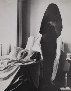 Kati Horna. Untitled, série Oda a la necrofília [Ode to Necrophilia], Mexico, 1962. Archivo Privado de Fotografía y Gráfica Kati y José Horn...