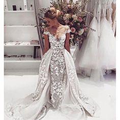 Inspírate en estos vestidos de diseñadores para elegir tu vestido de novia blanco o no y decide de que lado te encuentras!. ;)
