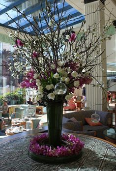 Flower arrangement in the ritz carlton hotel lobby for Foyer flower arrangement