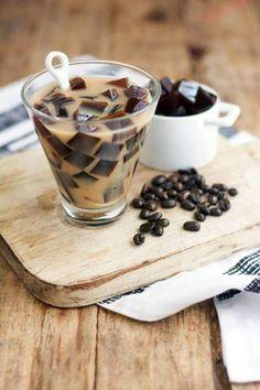 Gelatina de Cafe.  Ingredientes  * 6 cucharadas de azúcar blanca  * 1 pieza de grenetina natural  * 3 cucharadas de café molido  * 1 taza de...