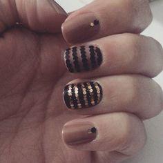 Nude, preto e dourado. Combinação poderosa!