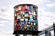 """Mil pedaços de vidro colorido foram usados na escultura do artista Tom Fruin, na região do Brooklyn, em Nova York, nos Estados Unidos. O """"patchwork"""" de vidro foi colocado em uma estrutura de aço, chamada de Watertower"""