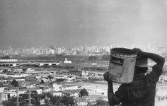 Acervo/Estadão - Na década de 50, quando a especulação imobiliária levou aumaumentou dos preços dos imóveis na margem esquerda do Tietê, muitos atravessaram a ponte para morar na Freguesia do Ó. Os recém-chegados não eram facilmente aceitos. Aspessoas mais velhas e tradicionais da Freguesia chamavamos novos moradores de'forasteiros'