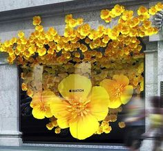 Apple store shop window display using flowers spelling into the facade Spring Window Display, Window Display Retail, Display Windows, Merchandising Displays, Store Displays, Retail Displays, Paper Flower Backdrop, Paper Flowers, Vitrine Design