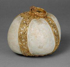 Bezoar in Filigranfassung Fassung: Indien, Goa  17. Jahrhundert  Bezoar, Gold  H. 9 cm (ohne Ring)   Kunsthistorisches Museum Wien, Kunstkammer  Inv.-Nr. KK_996