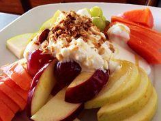 Deliciosa fruta de desayuno acompañada con yogurt queso cotagge y mie, ideal llenarse de energías he iniciar el día.