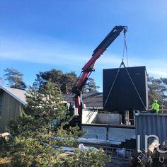 Daruzható kivitelben gyártott kültéri kombinált szaunakabin. Kívül feketére festett lucfenyő lambériával, belül Thermowood nyár lambériával és padokkal, a padlózatot pedig Thermo luc hajópadlóval gyártottuk. A szauna mérete 2,3x2,5x2,5 méter, a belmagasság 2,1 méter. Egy Huum Hive 10,5 kW szaunakályha biztosítja a megfelelő hőmérsékletet, illetve a Dr Fischer infrapanelek teszik teljessé a szaunaélményt. Saunas, Steam Room