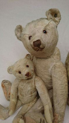 Look at the sweet faces on these two antique Steiff bears! Love them!