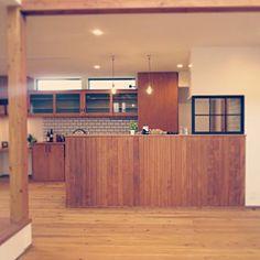 Kitchen/タイル/カフェ風/ペンダントライト/ナチュラルキッチン/腰壁/室内窓/アンティークガラス/無垢材/ペンダント照明/じょぶ/じょぶの家/ガラススクリーン/おしゃれな家族の空気感についてのインテリア実例。 (2016-10-08 14:27:45に共有されました)