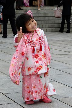 The shichi-go-san festival celebrates the (shichi) and (san) birth years of young girls and (go) birth years of young boys all around Japan in October. The celebration is simple and nice: Japanese people dress their children in beautiful kimonos. Precious Children, Beautiful Children, Cute Photos, Cute Pictures, Bless The Child, People Dress, Pretty Baby, Cute Kids, Asian Beauty