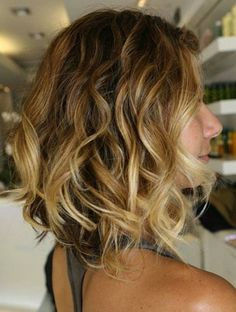 coiffures courtes couleur marron, balayage blond femme