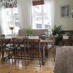 Snart tid for jobb!  men først lager jeg ferdig middag til mannen  #kjøkken #spiseplass #interiør #interior #hjemmehososs #rmnorge #spisestue #påskeliljer #sveitservilla