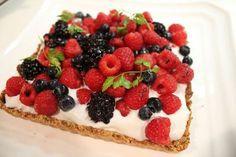 Deilig vegansk & paleo kake på nydelig bunn med raw pisket kokoskrem og friske bær. Det er en perfekt kombinasjon mellom søtt, friskt, kremete og crunchy. Kaken er uten mel, egg, melk, gluten og hvitt