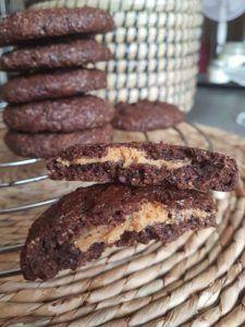 Cookies au chocolat fourrés au beurre de cacahuètes ou à la purée d'amandes et noisettes au sirop d'érable façon praliné (sains et vegan) – By Flora B