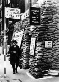 El café Kardomah  en Fleet Street, preparado como un refugio antiaéreo durante la guerra, aún faltaban unos meses para los bombardeos sobre Londres. 15 de noviembre de 1939.