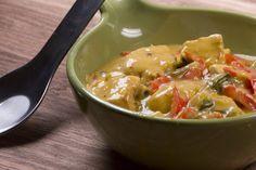 Perfekt für solch kalte Tage wie heute ist dieses fruchtig-scharfe und unglaublich cremige Hähnchen-Curry, das auch noch rasend schnell zubereitet ist.