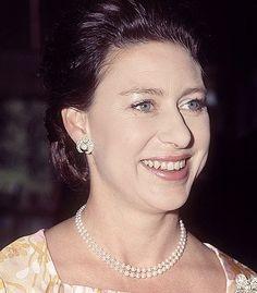 Princesa Margaret, English Monarchs, Margaret Rose, Taking A Knee, Gold Jewelry Simple, Princess Anne, Queen Elizabeth Ii, The Crown, British Royals