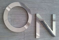 Arredare con lettere in acciaio specchiato, scatolate, da appendere o da appoggio. La scelta ideale per chi ama uno stile industrial