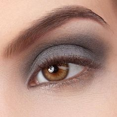 Dark & Stormy by exurbe cosmetics is a vegan eyeshadow in anthrazite.