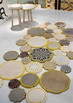Alfombra hecha de piezas de mármol y Limestone, imitando las alfombras hechas a mano de crochet. #Esmadeco.