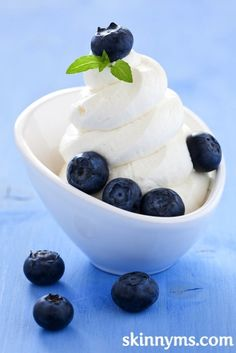Vanilla flavored frozen yogurt recipe with no refined sugar!  #vanilla #frozenyogurt