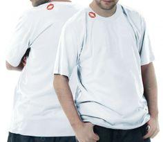 Camiseta com marcas de baton na gola. Na frente e nas costas.