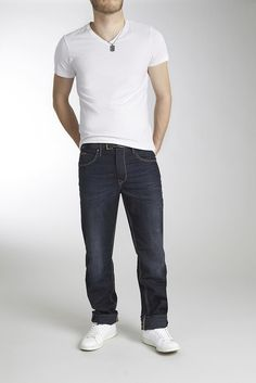 Eine Jeans von Blend mit Vintage-Details muss eigentlich jeder Mann haben. Die Hose mit Knopfverschluss, Nieten und großer Münztasche ist praktisch und leger zugleich. Auch der normale Schnitt, die normalen Beine und die Low-Waist-Hüfthöhe stehen jed em Typ. Einfach und unkompliziert kann man sie zu jeder Art und Farbe Shirts, Pullover oder Sweatshirt stylen. Natürlich dürfen coole Sneakers nic...